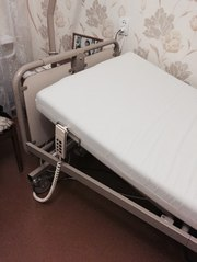 кровать для лежачего больного с матрасом.