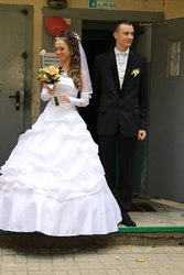 свадебные платья невесты и костюмы  жениха  недорого продажа и прокат