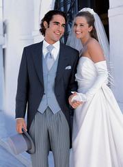 свадебные платья невесты и костюмы  жениха  недорого