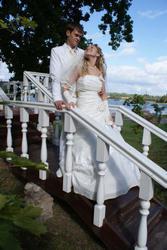 наряды новобрачным  невесты и костюмы  жениха  недорого