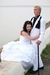 свадебные платья невесты и костюмы  жениха -недорого