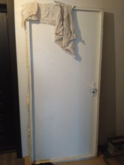 Новая тяжелая входная дверь из дерева